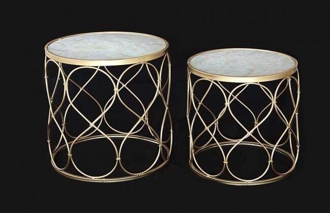 Raffinato tavolino glam rotondo con piano in marmo sintetico e struttura in metallo opaco dorato