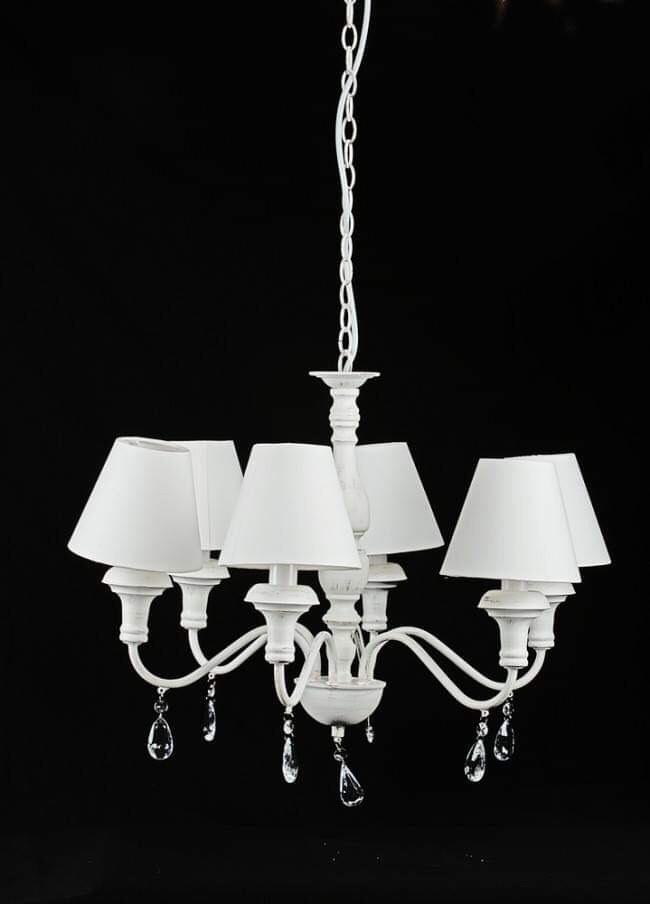 Lampadario in ferro bianco, finitura di colore bianco con effetto invecchiato e rovinato.