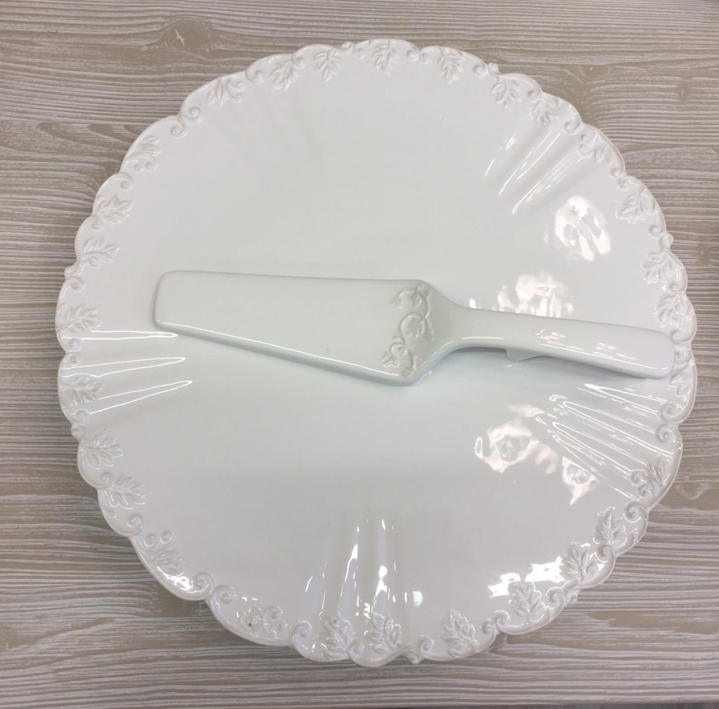 Alzatina con piede in ceramica con ricami e pala