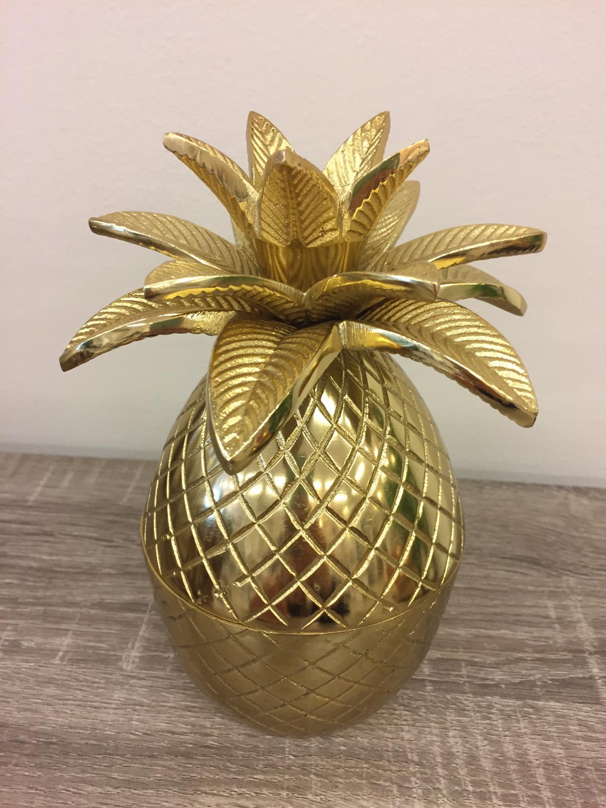 Barattolo portaoggetti a forma di ananas in metallo dorato €36